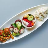 ポテサラ、たこきゅう、なめこマリネ、ピクルスの『タパス盛り合わせ4種』