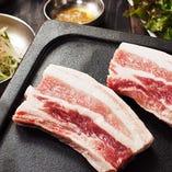 旨味がギュッと詰まった新鮮で分厚い豚焼肉サムギョプサル♪