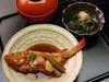 煮魚御膳+1,500円で鯛兜やキンキの煮つけ (お通し、小鉢、ご飯、漬物付き)