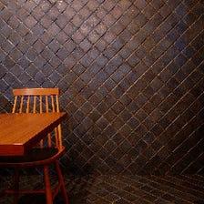 印象的なタイルによってできた空間