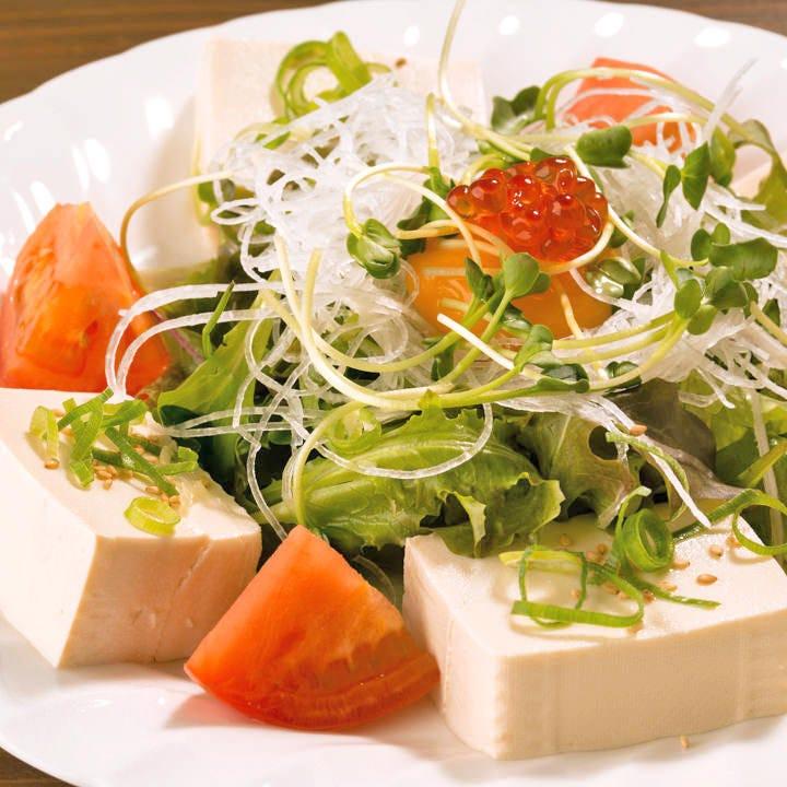 見た目も鮮やかな豆腐サラダをはじめ多彩なジャンルの料理が揃う
