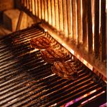 フランスの修道院から取り寄せた歴史のある暖炉。