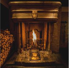 歴史ある暖炉で焼く本格料理の数々