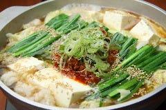 ~台湾風もつ鍋(うま辛味)~ 博多名物と名古屋名物のコラボ鍋!程良い辛さで、クセになる味わいです。