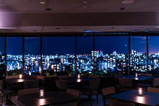 大きな窓からは福岡市内を一望