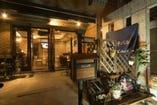 カフェ風中華♪ベンチの餃子鉄板と青の看板が目印です!!
