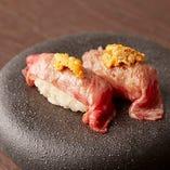 大皿コースの「和牛の握り寿司 生うに添え」