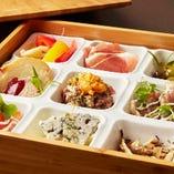 「接待ランチコース」の重箱に詰めた前菜9種盛り合わせは、見た目も鮮やか!!