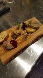 シェフ自慢のお肉前菜、パテ・ド・カンパーニュ、鴨と豚肉のリエット、鶏レバーのムースの3種類盛り合わせ。