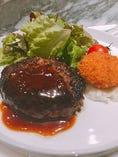 ランチ限定の鳥取和牛100%ハンバーグステーキ。肉の味を楽しめるミディアムレアでお出ししています。