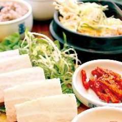 選べるスンドゥブチゲ+豚ポッサム定食