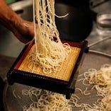 店主の巧みな技で石臼挽きそば粉をすぐに打ち、煮てご提供する蕎麦は風味抜群の逸品