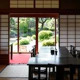 障子を開けば借景として日本庭園を堪能できる和個室