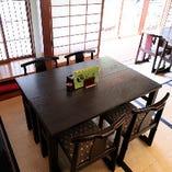 和の空間に溶け込んで、落ち着いてお食事をお楽しみいただける4名様用テーブル席