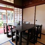 日本庭園を眺めながらお食事をご堪能いただける6名様用テーブル席