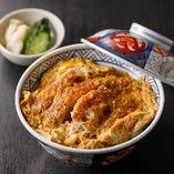 出汁と絡まった卵と味わいに、噛むほどに染み出す豚肉の旨味が味わえる「カツ丼」