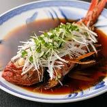 新鮮な金目鯛をじっくり煮込み、ホクホクの身の食感と出汁を味わう「キンメの煮付け」