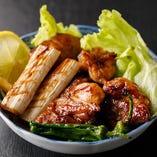 鶏のふわふわの食感と噛むほどに染み出す旨味に香ばしさが加わった「焼鳥」