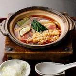 じっくり煮込み、オリジナル出汁の染み込んだ麺と素材の旨味が楽しめる「鍋焼うどん」
