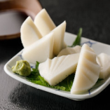 わさびを独自の手法ですりおろし、風味豊かな味わいと素材の旨味を楽しむ「板わさ」