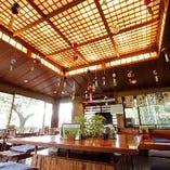 天井が高く、広々とした開放感溢れる和モダンな空間のテーブル席フロア