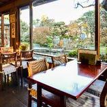 テーブル席にある大きな窓からは広々とした日本庭園をお楽しみいただけます