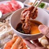 辛くない白湯スープの台湾式沙茶火鍋は生卵を付けてすき焼き風に