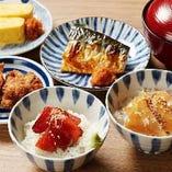 【夜ごはん】選べる茶碗めしと12種のおかずから3種選べる定食!