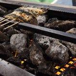 溶岩が遠赤外線を発し焼魚から鰻まで外はカリッと中はジューシーにふっくらと焼き上がる溶岩石を使用した焼台