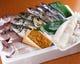 独自のルートで仕入れる天然魚介。お造り、塩焼き、煮つけなど。