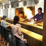 目の前で豪快に焼き上げる高知名物 藁焼きは絶品です。