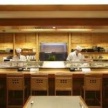 目の前で職人が握る寿司カウンター調理シーンもお楽しみあれ