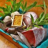 魚介は、毎朝明石市藤江の卸市場へ出向き、料理人の熟練の目利きで、脂が乗った旬ものを選んでおります。