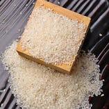 """農家より玄米の状態で仕入れ、店で精米しています。米も野菜と同じで、調理直前で""""皮""""を剥いたほうがフレッシュで美味しい。"""