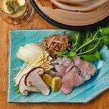 夏から秋にかけては、鱧と松茸のなんとも贅沢な小鍋が登場。