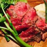 肉の旨味たっぷりのステーキ!馬刺しやハンバーグもございます!
