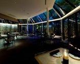 ディナー時はライトアップされ、お洒落な空間に…