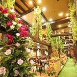 アウトドア気分を味わえる花や緑があふれる空間