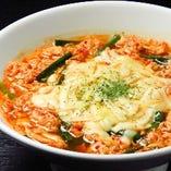 【チーズ辛麺】 旨味と辛味を極めた究極の一杯。