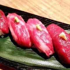 〆は桜肉の握り寿司できまり!酢飯との相性抜群で6貫もペロリ