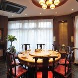 格式高い骨董品多数。大切なお席に最適、円卓の完全個室。