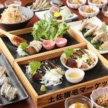 藁焼きや人気料理を堪能するコースは全5種・4,500円(税込)〜