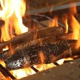豪快に藁で焼き上げ旨味を凝縮した鰹や肉料理をご堪能ください