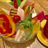 彩り豊かな新鮮野菜を楽しめるバーニャカウダは女性に人気!