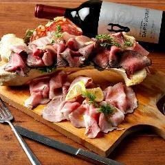 名物冷菜!自家製ローストビーフとお肉の盛り合わせ