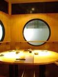 個室感のある円形テーブルでゆったりとした気分に。