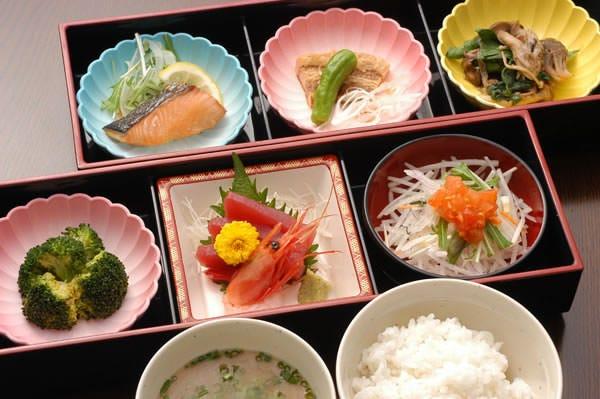 毎日変わる日替わりランチセットはお肉お野菜お魚のお惣菜が6品