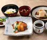 銀鱈煮付と麦とろ定食