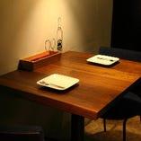 デートにおすすめの2名様テーブルもご用意。カウンターの臨場感を感じながらお2人でゆったりお食事を楽しんでいただけます。