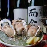 本日入荷の牡蠣は常時8~10種類。牡蠣と相性抜群の日本酒とともに、生牡蠣または焼き牡蠣でご堪能ください。